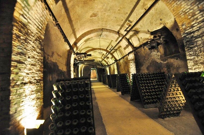 Bouteilles de champagne dans les galeries des caves Pommery à Reims