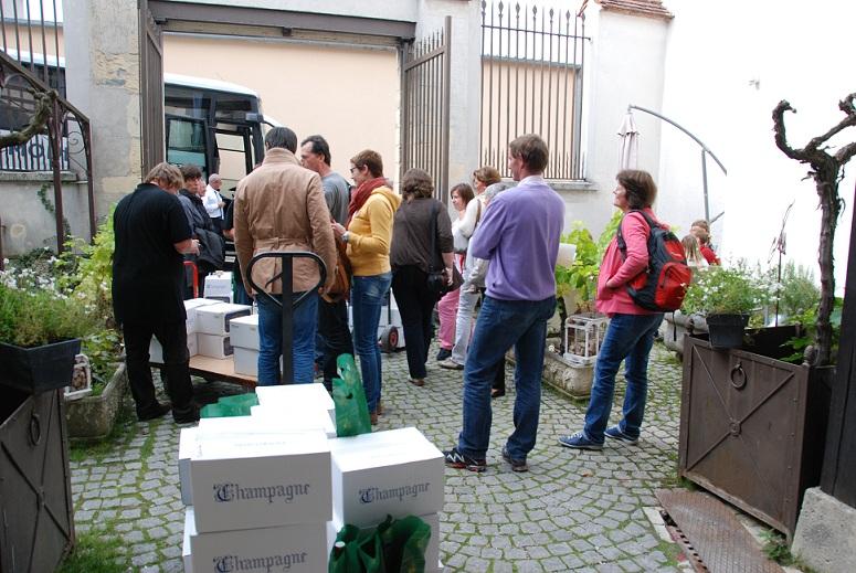 Chargement de caisses de champagne au domaine Pithois à Verzenay en Montagne de Reims