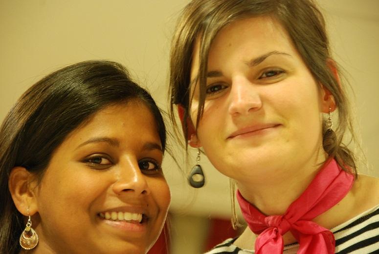 """Satya, l'Ergothérapeuthe et Stéphanie, fondatrice de la bien-nommée asbl """"L'Être Utile"""" - © 2014 Quitou"""